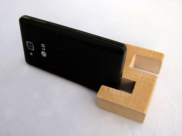Držák na mobil ze dřeva